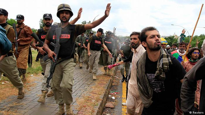Soldiers from the Pakistan Rangers stop supporters of Tahir ul-Qadri, Sufi cleric and leader of political party Pakistan Awami Tehreek (PAT), during Revolution March towards the prime minister's house in Islamabad September 1, 2014 (Photo: REUTERS/Faisal Mahmood)