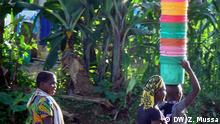 Bildbeschreibung: Girls holding plastic buckets *** Wer hat das Bild gemacht?: Zuberi Mussa Wann wurde das Bild gemacht?: Juli 2014 Wo wurde das Bild aufgenommen?: Ulanga district, Morogoro, Tanzania