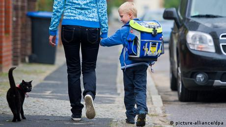 Mother and son with a backpack, Copyright: picture-alliance/dpa
