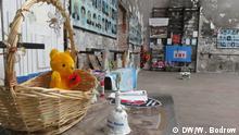 Andenken an die Opfer - Bis heute bringen Angehörige Plüschtiere, Blumen, Zeichnungen, Gedichte. Foto: Walentin Bodrow am 28.08.2014 in Rußland