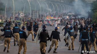 Anti-government protesters clash with riot police during the Revolution March in Islamabad September 1, 2014 (Photo: REUTERS/Zohra Bensemra)