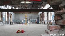 Die Turnhalle der Schule - Mehrere Explosionen haben Löcher in die schwere Klinkermauer gerissen Bild: Walentin Bodrow am 28.08.2014