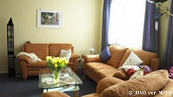 Wohnzimmer mit braunen Sofas