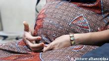 Die Leihmutter Arpita Christian hält am 06.05.2014 ihre Hände im Leihmutter-Haus der Akanksha Infertility Clinic in Anand (Indien) vor ihrem Babybauch. Sie ist im neunten Monat schwanger und trägt das Kind eines Paares aus den USA aus. Foto: Doreen Fiedler/dpa (zu dpa: «Der gemietete Bauch - Leihmütter in Indien» vom 09.05.2014) +++(c) dpa - Bildfunk+++