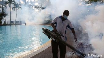 Fumigación contra el mosquito transmisor del dengue, en Malasia.
