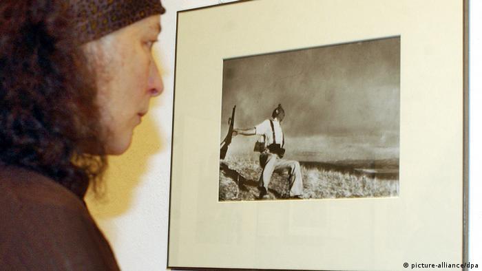 Capas berühmtestes Foto 'Death of a loyalist soldier' in einer Ausstellung in Berlin (Foto: dpa - Bildfunk)
