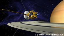 Handout - Die Computergrafik der NASA teigt die Raumsonde Cassini am Saturn. Die Saturn-Raumsonde «Cassini» hat in den vergangenen zehn Jahren viele Entdeckungen rund um den zweitgrößten Planeten unseres Sonnensystems gemacht. Foto dpa/NASA/DLR (zu dpa:Jubiläum von Sonde «Cassini»: Viele Entdeckungen bei Saturn) ACHTUNG REDAKTIONEN: Verwendung nur im Zusammenhang mit der aktuellen Berichterstattung +++(c) dpa - Bildfunk+++