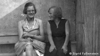 Anna Lehnkering mit einer Freundin