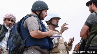 استیون ساتلوف، خبرنگار آمریکایی (جلیقه آبی) به هنگام فعالیت در لیبی