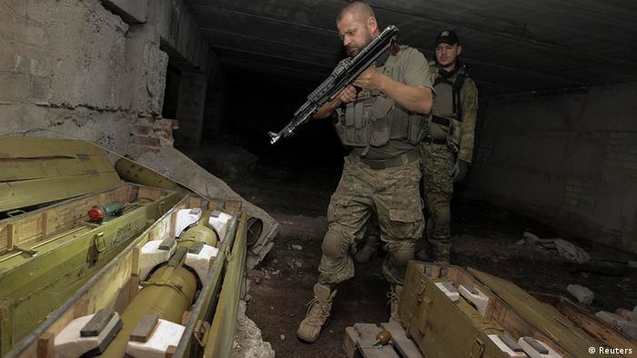 Украинские солдаты обследуют оружейный склад сепаратистов