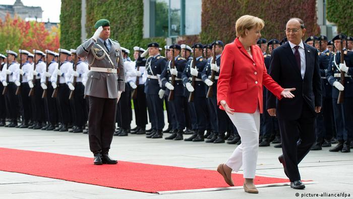 Die deutsche Bundeskanzlerin empfängt den myanmarischen Präsidenten mit militärischen Ehren