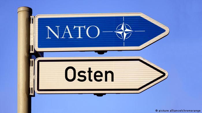 Wegweiser Nato und Osten Symbolbild Russland Ukraine Konflikt (picture alliance/chromorange)