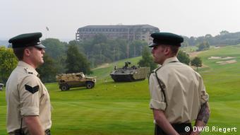 Zwei britische Soldaten bewachen das Gebiet rund um den NATO-Gipfel in Wales (Bild: DW)