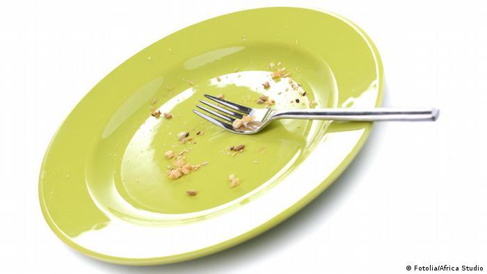 Empty green plate with fork across it (Fotolia/Africa Studio)