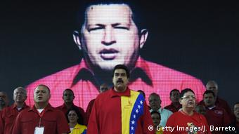 La oposición venezolana denuncia desde hace años la opacidad con que Chávez (fondo) y Maduro (centro) han manejado las finanzas públicas.