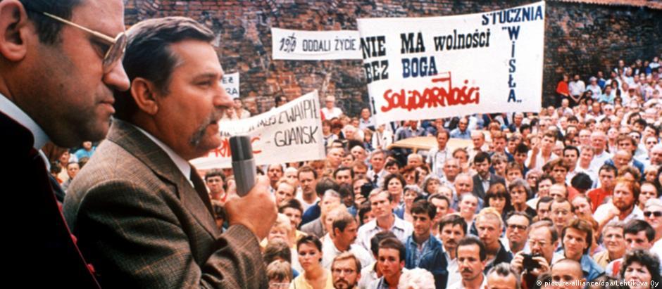 Lech Walesa (com microfone) lidera uma greve de trabalhadores num estaleiro em Gdansk, em 1980