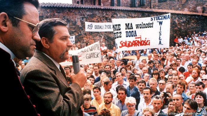 Lech Walesa drejton grevën në Kantierin Lenin në Gdansk, 1980