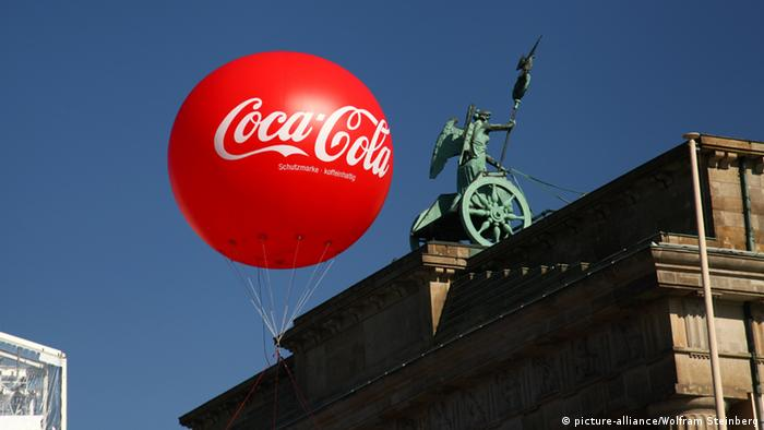 Coca-Cola Ballon Brandenburger Tor in Berlin (picture-alliance/Wolfram Steinberg)