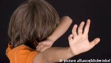 Junge wehrt sich und haelt sich die Arme schuetzend vor das Gesicht   boy reacts against somebody