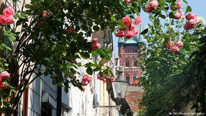 Вид на церковь Святого Петра из внутреннего дворика в одном из районов Старого города