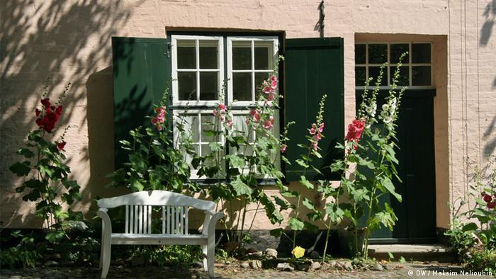 Стол во внутреннем дворике с фруктами и утренней газетой