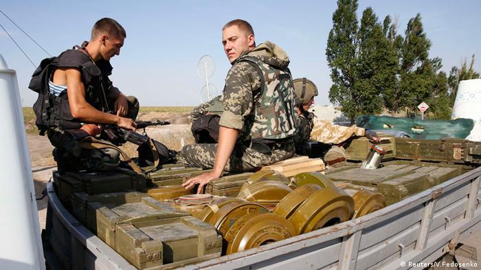 Ukrainische Soldaten auf einem Munitionstransporter (Foto: Reuters)