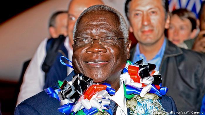 Afonso Dlhakama wird am Flughafen willkommen geheißen