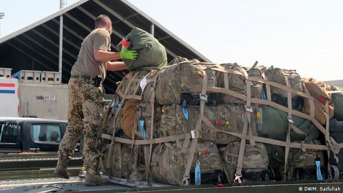 Soldaten verladen Ausrüstungsgüter (Foto: DW/M. Saifullah)