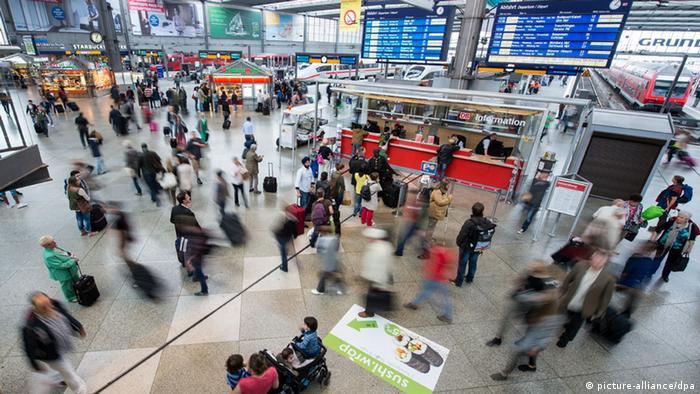 د مونشن د ریل سټیشن سالون په ۱۸۴۸ م کال کي افتتاح سوی دی. هغه چي د اوسپني ۳۲ خطونه لري، په ۲۰۱۹ م کال کي د ورځي ورڅخه ۴۱۳۰۰۰ مسافر تللي او یا ورته راغلي دي.