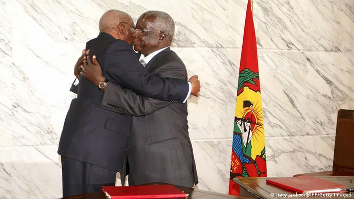 Abraço entre Armando Guebuza e Afonso Dlakhama