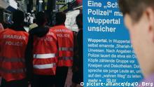 ILLUSTRATION - Ein Mann schaut am 05.09.2014 in Köln (Nordrhein-Westfalen) auf die Berichterstattung über die «Scharia-Polizei» im Internet. Foto: Oliver Berg/dpa (zu dpa/lnw: «Scharia-Polizei» patrouillierte durch Wuppertal vom05.09.2014) +++(c) dpa - Bildfunk+++
