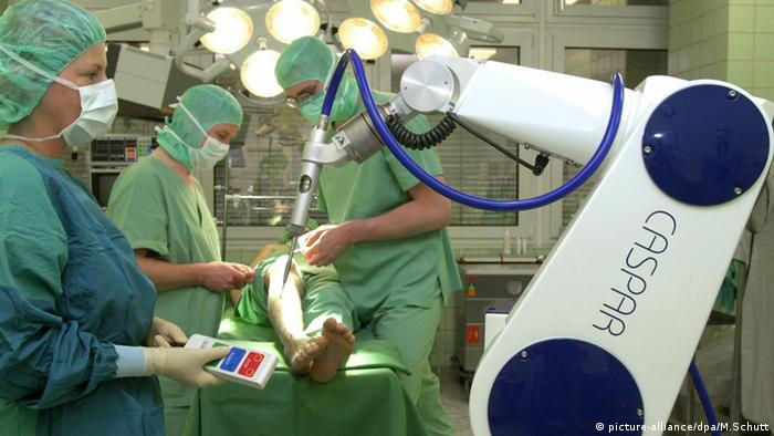 Roboter in der Industrie: Chirurgie-Roboter im Operationssaal (picture-alliance/dpa/M.Schutt)