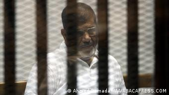 Mohammed Morsi seen in a defendant cage in Cairo, Egypt, on June 15, 2014. (Photo: Ahmed Ramadan/AA/ABACAPRESS.COM)