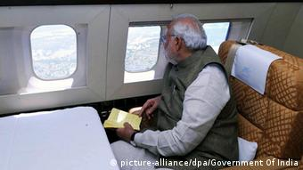 A handout image released by the Press Information Bureau Government of India shows Indian prime minster Narendra Modi taking the aerial view of the situation of flood affected areas, in Jammu and Kashmir, India 07 September 2014 (Photo: EPA/GOVERNMENT OF INDIA / HANDOUT HANDOUT EDITORIAL USE ONLY/NO SALES +++(c) dpa - Bildfunk+++)