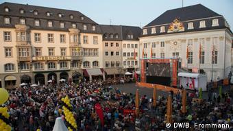 Transmisión de la gala inaugural del Beethovenfest en la plaza del mercado de Bonn.
