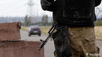 Украинский солдат на КПП на востоке Украины