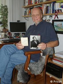 Joachim Kolpin holding a Foto Martin Luther King