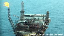 FILE - A general aerial view showing the oil rig of the Mellitah Oil and Gas B.V. Oil Division Bouri field, about 130 kilometers north-west of Tripoli, Libya, 09 October 2013. EPA/SABRI ELMHEDWI (zu dpa «Trotz globaler Krisen: Öl so billig wie seit langem nicht mehr» vom 21.08.2014) +++(c) dpa - Bildfunk+++