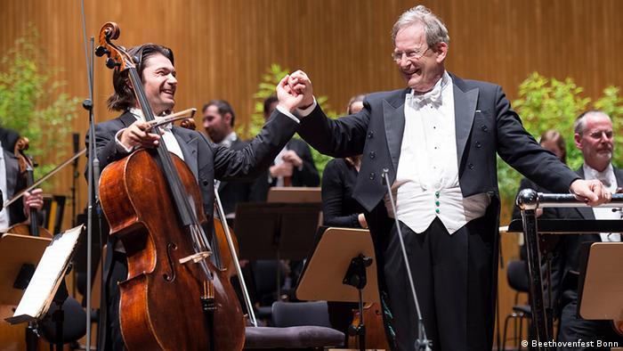 Sir John Eliot Gardiner (der.) y el cellista Gautier Capucon tras el concierto inaugural del Beethovenfest 2014.