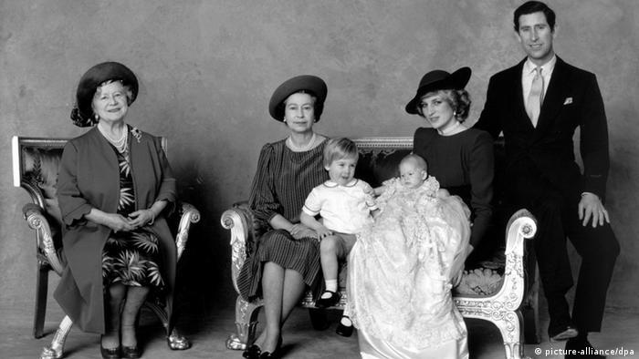 Die britische Königsfamilie 1984 bei der Taufe von Prinz Harry; von rechts nach links im Bild: Prinz Charles, Prinzessin Diana mit dem Täufling, ihr erster Sohn Prinz William, Großmutter Königin Elizabeth II und Urgroßmutter Queen Mum (Foto: dpa)