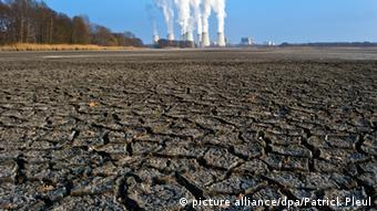 Угольная электростанция в Бранденбурге на фоне высушенной земли