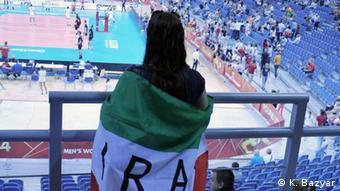 Ein in die iranische Flagge eingewickelter Fan in der Volleyball-Halle (Foto: K. Bazyar)