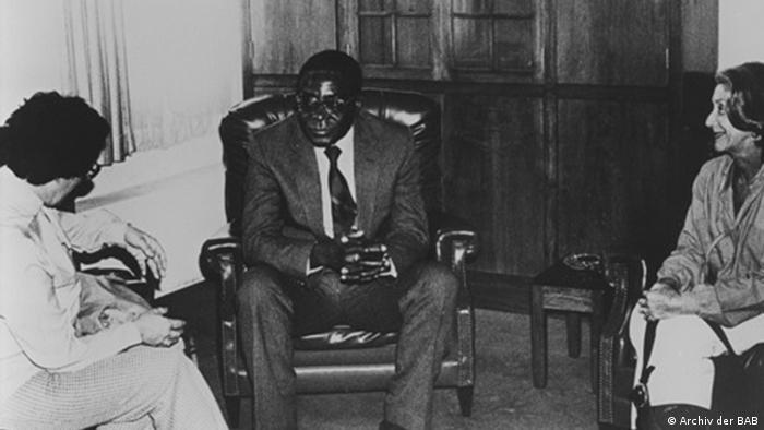 Ruth Weiss and Nadine Gordimer (r.) in discussion with Zimbabwean leader Robert Mugabe