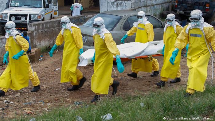 Ebola in Liberia: Abtransport eines Opfers (Foto: EPA/AHMED JALLANZO).