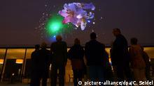 Besucher schauen sich am 09.09.2014 in Münster (Nordrhein-Westfalen) im neuen Landesmuseum für Kunst und Kultur das Video Münsteranerin an. Die Schweizer Videokünstlerin Pipilotti Rist schuf das Video für den neuen Innenhof des Museums. Foto: Caroline Seidel/dpa +++(c) dpa - Bildfunk+++