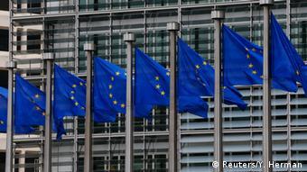 Europaflaggen vor dem Hauptquartier der Europäischen Kommission in Brüssel