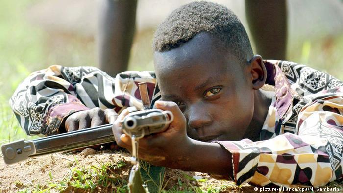 بنا بر پژوهش صندوق نجات کودکان حدود ۵۰ هزار دختر و پسر در طی ده سال گذشته به عنوان کودک سرباز به خدمت گرفته شده یا از آنها به عنوان سوءقصدکنندهی انتحاری استفاده شده است. البته شمار واقعی کودکان سرباز در جهان به مراتب بیشتر تخمین زده میشود. تصویری از کودکی ده ساله در کنگو که به عنوان سرباز در خدمت اتحاد میهنپرستان کنگو است.