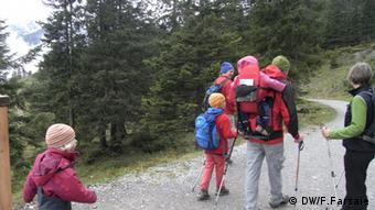 Семья на прогулке в австрийских Альпах