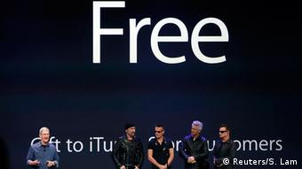 Apple launcht iPhone 6: Tim Cook mit Rock Band U2 auf der Bühne (Reuters/S. Lam)