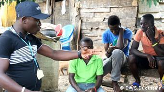 Gruppeninterview mit Jugendlichen während eines Radio-Workshops der DW Akademie und des Ghana Community Radio Network (Foto: DW/Stefanie Duckstein).